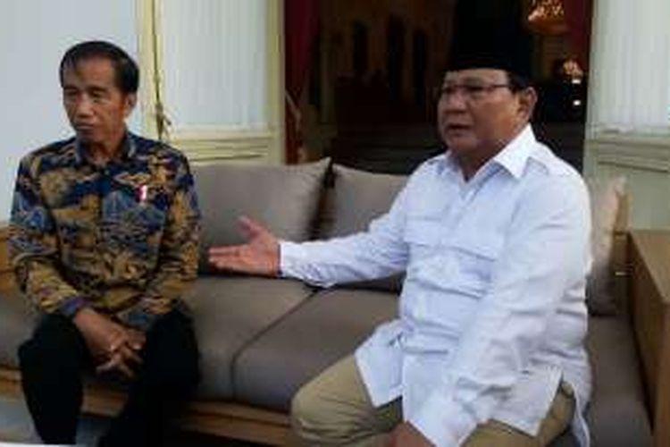 Presiden Joko Widodo dan Ketua Umum DPP Gerindra Prabowo berbincang di Teras Istana Merdeka, Jakarta, Kamis (17/11/2016).
