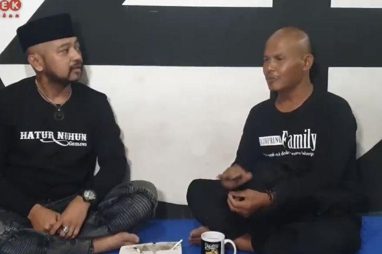 Momen Kang Pipit bercerita kepada Dikdik mengenai kerasnya hidup di penjara