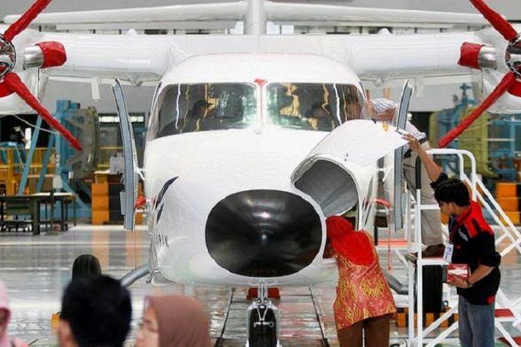 PT Dirgantara Indonesia, Bandung, membuat pesawat N-219, seperti terlihat Kamis (12/11/2015). Pesawat dengan desain, teknologi, serta interior yang seluruhnya dikerjakan oleh Indonesia ini memiliki banyak kelebihan, antara lain mampu menjelajah ke daerah pelosok yang memiliki landasan pendek. Pesawat ini dikembangkan PT DI bersama Lembaga Penerbangan dan Antariksa Nasional.