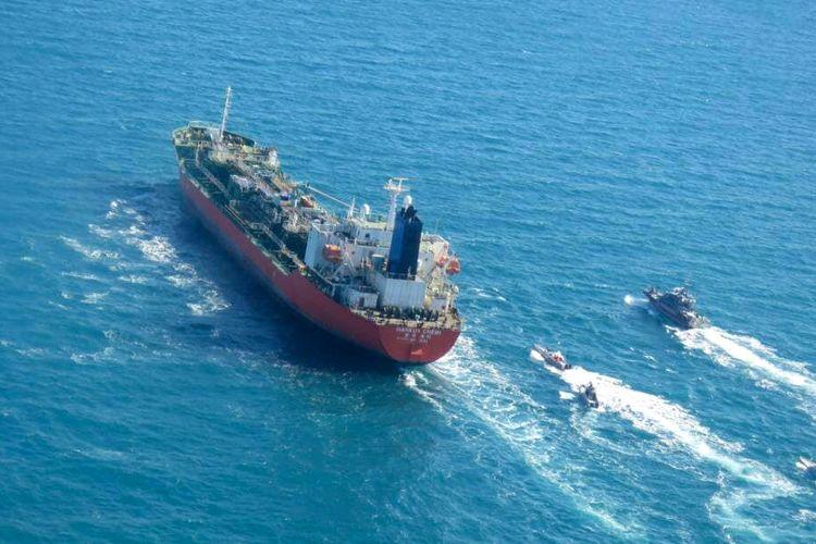 Gambar yang diperoleh AFP dari kantor berita Iran Tasnim pada 4 Januari 2021 memerlihatkan kapal tanker Korea Selatan, MT Hankuk hemi, dikawal oleh angkatan laut Garda Revolusi Iran setelah disergap di Teluk Persia.