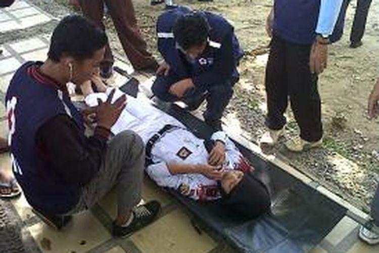 Salah seorang peserta upacara Kemerdekaan Republik Indonesia (RI) di Kabupaten Bone, Sulawesi Selatan dievakuasi tim medis setelah pingsan ditengah jalannya upacara. Sabtu, (17/08/2013).