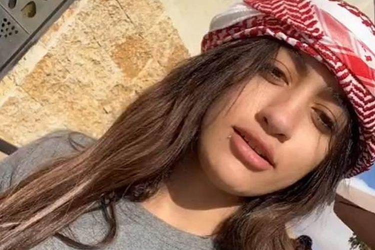 Mowada Al Adham, influencer Mesir yang dipenjara karena mengunggah video jogetnya di TikTok. Ia ditudung telah melanggar norma sosial dengan memamerkan lekuk tubuhnya.