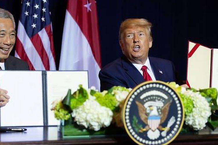 Perdana Menteri Singapura Lee Hsien Loong (kiri) dan Presiden Amerika Serikat Donald Trump usai menandatangani amandemen pembaruan MoU pertahanan 1990 di New York, Senin (23/9/2019).