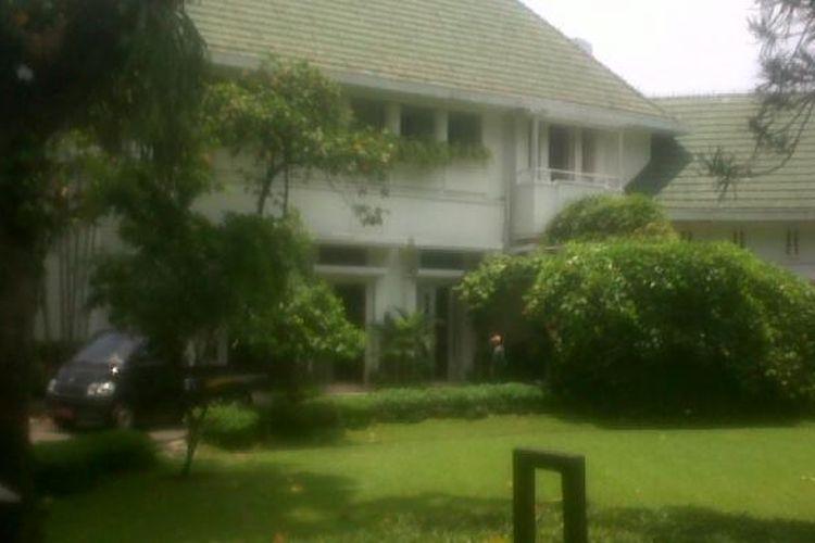 Rumah dinas Gubernur DKI Jakarta yang terletak di Jalan Taman Suropati 7, Jakarta Pusat, hari ini, Sabtu (13/10/2012) tampak dibersihkan. Rumah ini akan segera ditempati oleh Gubernur DKI Jakarta Terpilih Periode 2012-2017, Joko Widodo.