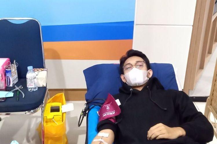 Feri (25) melakukan donor plasma konvalesen di Sentra Donor MRT Jakarta, Selasa (24/8/2021). Dok. Pribadi