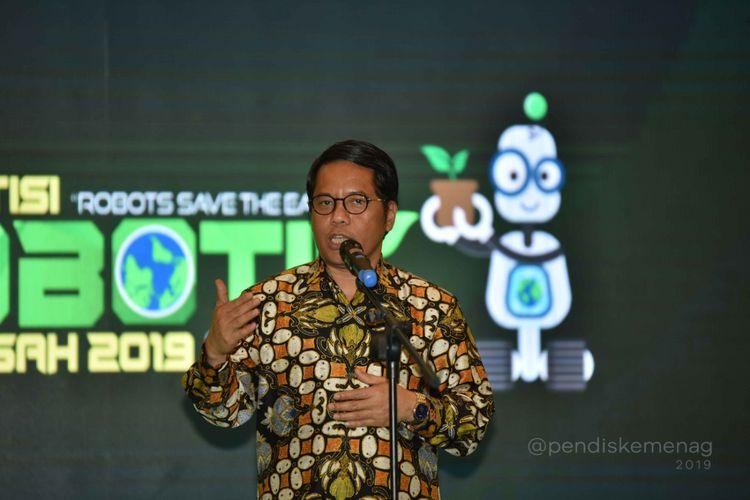 Dirjen Pendidikan Islam Kemenag Kamaruddin Amin saat menutup Kompetisi Robotik Madrasah di Surabaya (16-17/11/2019). Kompetisi Robotik Madrasah 2019 mengangkat tema Robots Save the Earth: Green Energy and Environmental Issues dan diikuti madrasah dari jenjang mulai dari MI, MTs, hingga MA baik swasta dan negeri dari seluruh Indonesia.