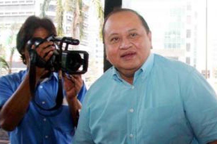Politikus PDI Perjuangan Emir Moeis saat memenuhi panggilan penyidik Komisi Pemberantasan Korupsi di Jakarta. Jum'aat (26/9/2008) terkait kasus dugaan penerimaan travel cek Rp 500 juta saat pemilihan Deputi Gubernur Bank Indonesia, tahun 1999-2004.
