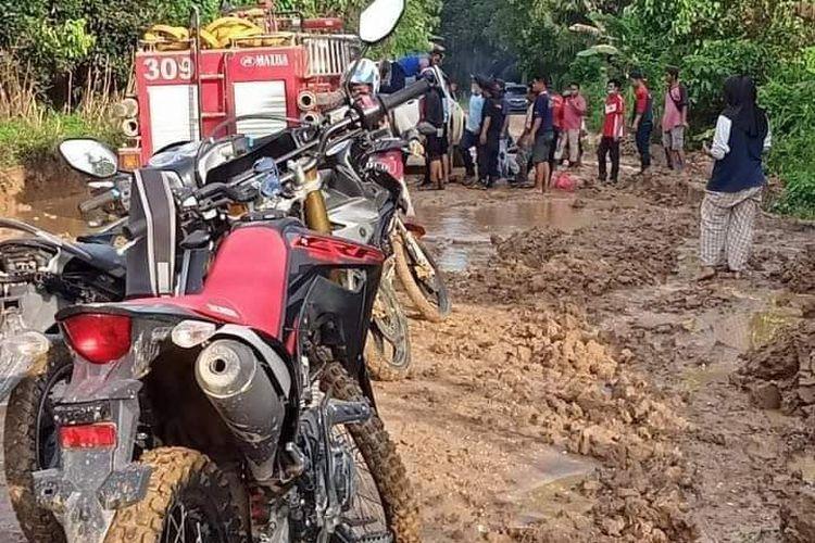 Situasi evakuasi mobil pemadam kebakaran yang amblas didaerah Ngayau ke Muara Bengkal, Kutai Timur, Kaltim, Minggu (2/5/2021).