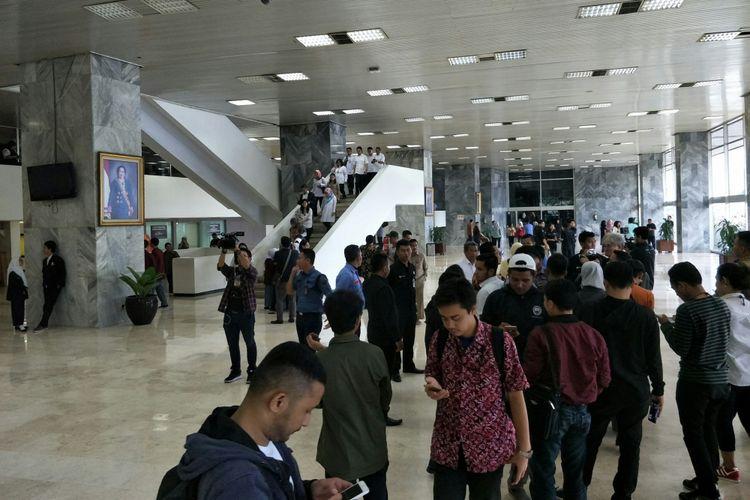 Para pegawai di Gedung Nusantara III Kompleks Parlemen, Senayan, Jakarta, berlarian menuju lapangan parkir menyelamatkan diri dari gempa