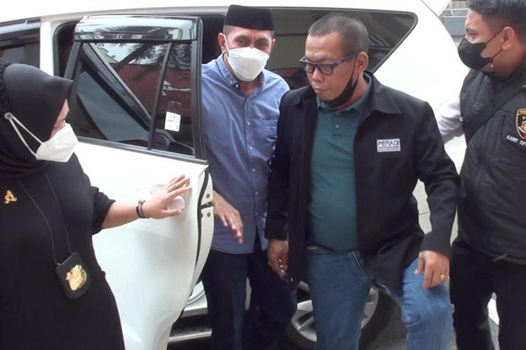 MH, sekretaris Satuan Polisi Pamong Praja (Satpol PP) Kabupaten Gowa, Sulawesi Selatan digelandang ke Mapolres Gowa atas kasus penganiayaan terhadap pasutri pemilik warung kopi saat menggelar razia PPKM. Sabtu, (17/7/2021).