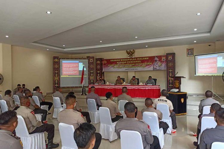 Wakapolda Maluku, Brigjen Pol Jan de Fretes saat memberikan arahan kepada personel Polda Maluku di kantor Polda Maluku, Kamis (18/6/2020)