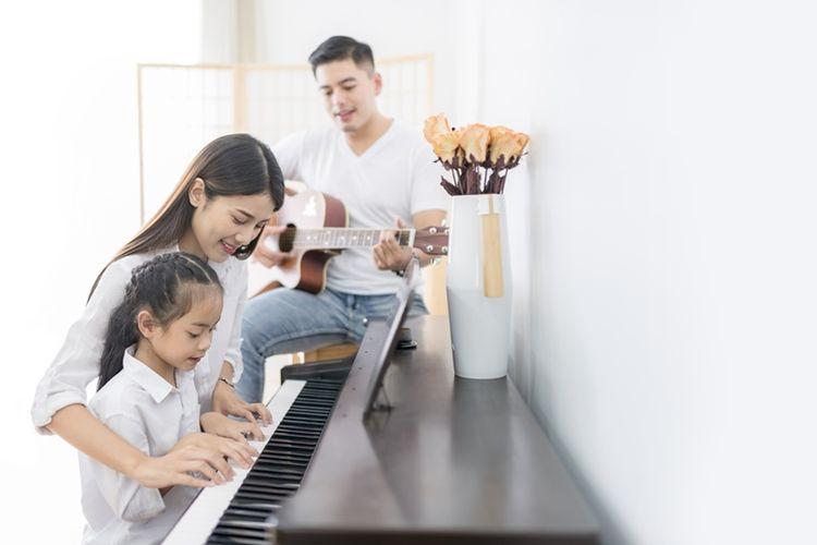 Ilustrasi bermain alat musik bersama keluarga (DOK. SHUTTERSTOCK)