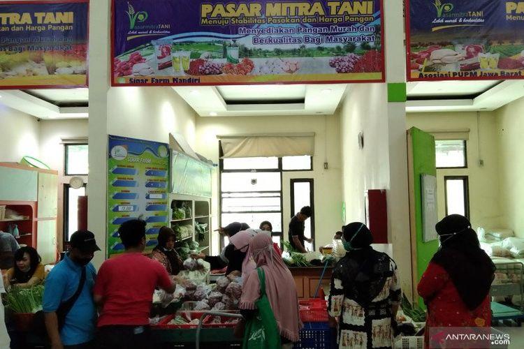 Pengunjung berbelanja di salah satu lapak di Pasar Mitra Tani (PMT) Pasar Minggu, Jakarta Selatan, Kamis (22/4/2021).