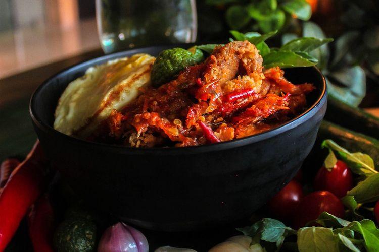 Ilustrasi ayam geprek dalam mangkuk.