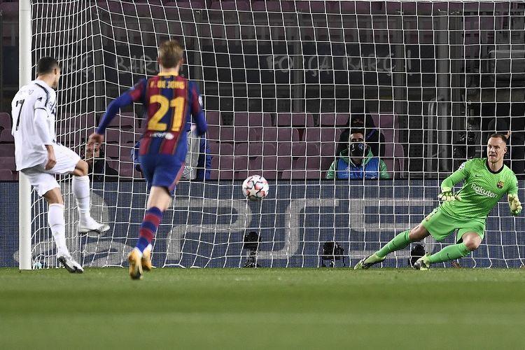 Penyerang Juventus Cristiano Ronaldo (kiri) mencetak gol penalti dalam pertandingan Grup G Liga Champions antara Barcelona vs Juventus di Stadion Camp Nou di Barcelona pada 8 Desember 2020.