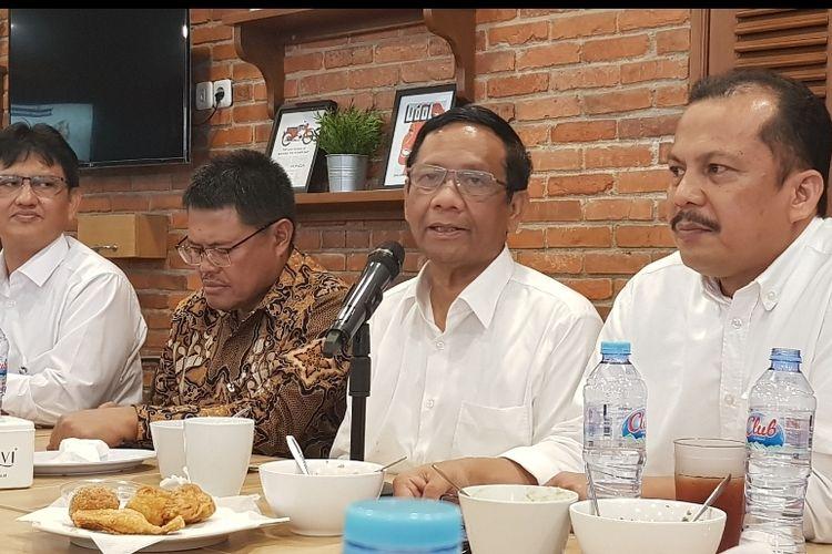 Menko Polhukam Mahfud MD saat berbincang dengan awak media di kawasan Proklamasi, Menteng, Jakarta Pusat, Kamis (26/12/2019)
