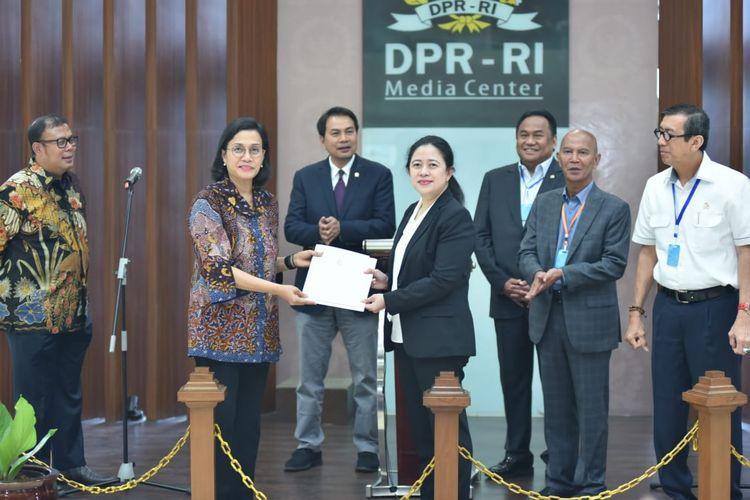 Ketua DPR RI Puan Maharani menerima RUU tentang penetapan Perppu dari Menteri Keuangan Sri Mulyani   yang ditemani Menteri Hukum dan Hak Asasi Manusia Yasona Laoly di Gedung Nusantara 3 DPR RI, Kamis (2/4/2020).