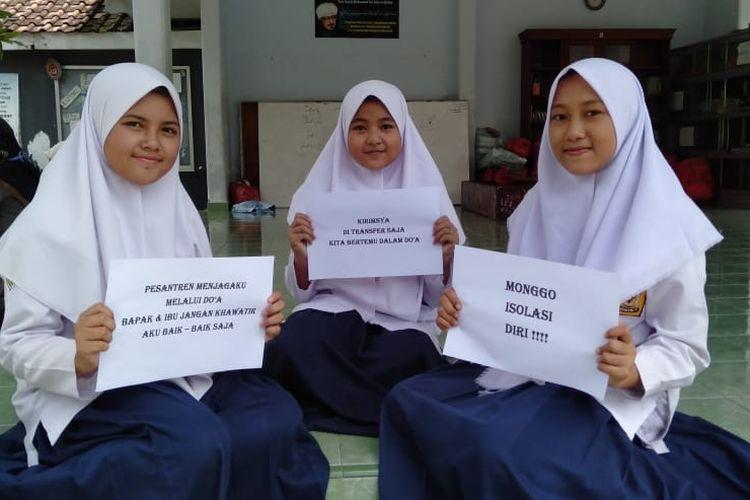 Santri Ponpes Nuris Kabupaten Jember saat kampanye agar orang tua mereka bekerja di rumah saja