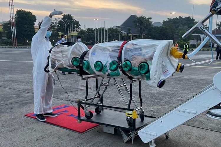 Evakuasi warga Arab Saudi yang terinfeksi Covid-19 di Indonesia untuk dipulangkan ke Riyadh dari Jakarta pada Sabtu (10/7/2021). Pemulangan dilakukan oleh Departemen Evakuasi Medis Udara dari Kementerian Pertahanan Kerajaan, sesuai arahan Putra Mahkota Mohammed bin Salman.