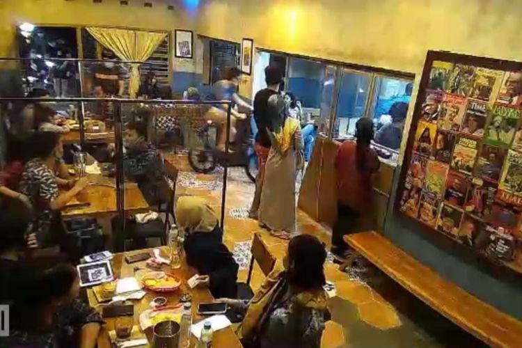 Tangkapan layar video rombongan sepeda masuk kafe di Semarang, pada Kamis (11/6/2020).