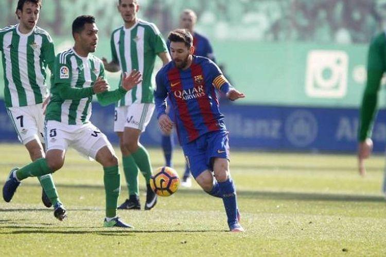 Pemain FC Barcelona, Lionel Messi, diadang sejumlah pemain Real Betis dalam lanjutan La Liga, di Stadion Benito Villamarin, Minggu (29/1/2017).