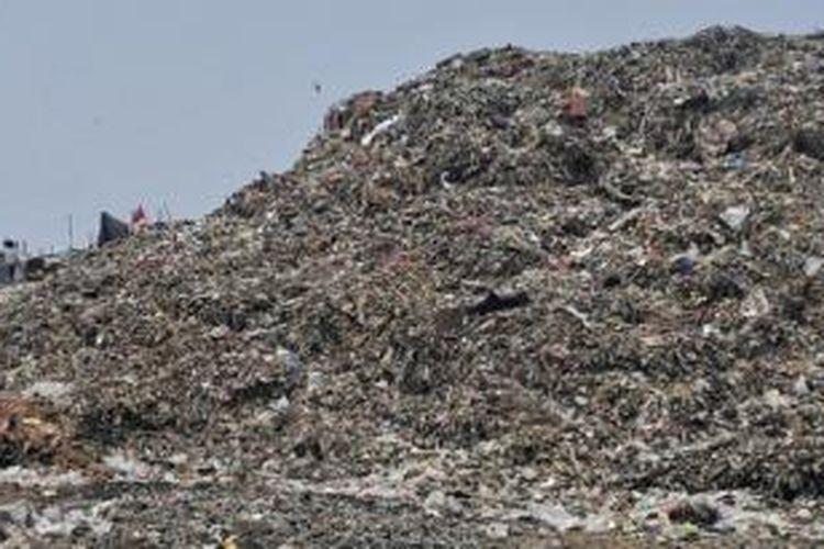 Ilustrasi: Tumpukan sampah di Zona B Tempat Pembuangan Akhir (TPA) Rawa Kucing, Kota Tangerang, Banten, Kamis (5/11). TPA ini dikelola dengan cukup baik dan banyak terobosan dilakukan, antara lain akan segera ada pengolahan sampah plastik menjadi bahan bakar biosolar.