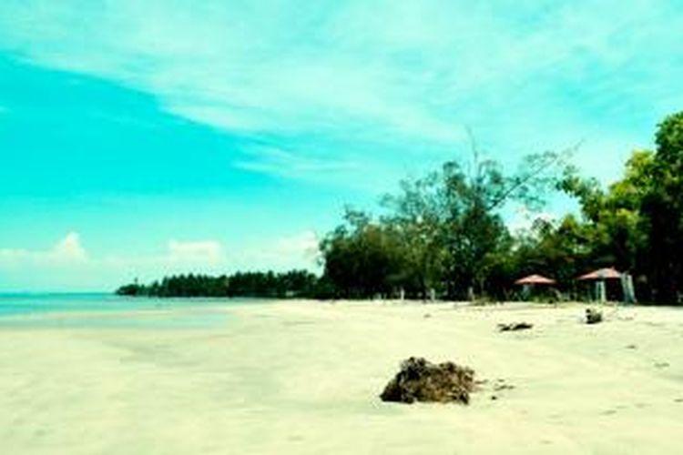 Pantai Putura di Kota Kolaka. Pantai Ini Belum Di Eksplor sehingga memiliki kealamian yang tinggi