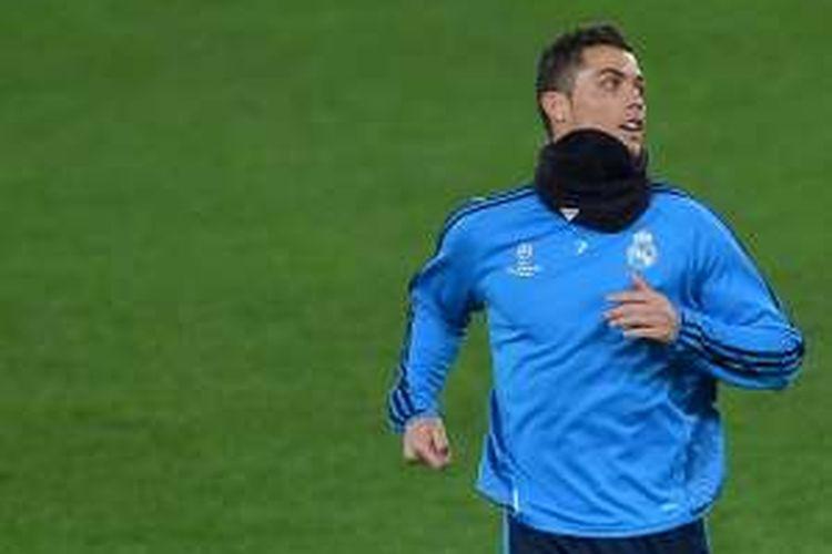 Bintang Real Madrid, Cristiano Ronaldo, menjajal rumput Stadion Olimpico menjelang partai kontra AS Roma pada leg pertama babak 16 besar Liga Champions, Rabu (17/2/2016).