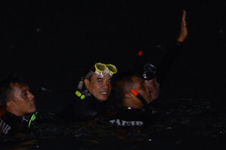 KSAL Laksamana TNI Ade Supandi (kedua kiri) berenang seusai melepas peserta lomba renang melintasi selat Sunda di kawasan Dermaga Pelabuhan Bandar Bakau Jaya, Lampung, Jumat (2/3). Sebanyak 289 peserta renang dan 58 tim dayung dari Korps Marinir, TNI/Polri dan umum mengikuti lomba yang diselenggarakan oleh Korps Marinir dengan jarak tempuh 39 km dalam rangka memperingati HUT ke-72 Korps Marinir.