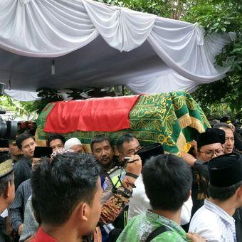 Jenazah anggota Dewan Perwakilan Daerah (DPD) RI Andi Mappetahang Fatwa atau AM Fatwa tiba kurang lebih pada pukul 11.20 WIB, di rumah duka, Jalan Palem, Kompleks Bappenas, Jakarta, Kamis (14/12/2017).