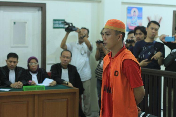 Obby Frisman Arkataku (24) terdakwa kasus penganiayaan yang menyebabkan DBJ (14) siswa SMA Taruna Plus Indonesia saat menjalani sidang vonis di Pengadilan Negeri Kelas 1A Palembang, Kamis (26/2/2020). Dalam sidang tersebut, Obby divonis dengan hukuman penjara selama 7 tahun dan denda Rp 1 Miliar.