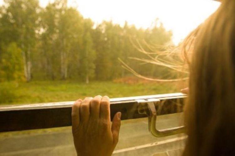 Sebelum kereta api St Petersburg-Murmanks berhenti secara rutin di desa Poyakonda, Karina Kozlova (14) tak memiliki banyak waktu di rumah karena harus bersekolah di tempat yang jauh.