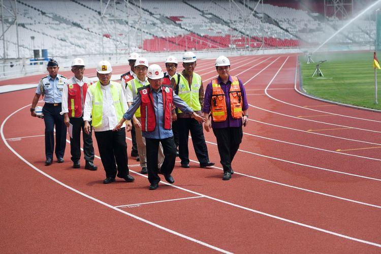Wakil Presiden Jusuf Kalla (tengah) didampingi Ketua INASGOC Erick Thohir (kanan), Menteri PUPR Basuki Hadimuljono (ketiga kiri) dan Sesmenpora Gatot S Dewa Broto (kedua kanan) serta sejumlah jajaran meninjau proyek renovasi Stadion Utama Gelora Bung Karno, Senayan, Jakarta, Selasa (3/10).  Wapres Jusuf Kalla mengunjungi sejumlah venue Asian Games 2018 untuk memastikan proyek tersebut selesai sesuai target. ANTARA FOTO/Sigid Kurniawan/ama/17.