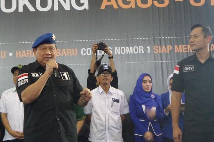 Ketua Umum Partai Demokrat Susilo Bambang Yudhoyono mengkampanyekan pasangan calon gubernur dan wakil gubernur DKI Jakarta Agus Harimurti Yudhoyono-Sylviana Murni di GOR Ciracas, Jakarta Timur, Sabtu (4/2/2017).