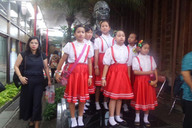 Salah satu kelompok peserta dari tingkat SD bersiap tampil dalam Lomba Paduan Suara Anak TK-SD Dendang Kencana 2017 di Bentara Budaya Jakarta, Jumat (27/10/2017).
