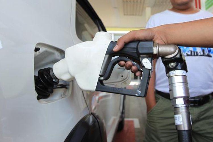 Petugas melayani pembeli bahan bakar minyak jenis baru, Pertalite, di SPBU Abdul Muis, Jakarta Pusat, Jumat (24/7/2015). PT Pertamina (Persero) hari ini mulai menjual Pertalite dengan oktan 90 kepada konsumen dengan harga Rp 8.400 per liter.