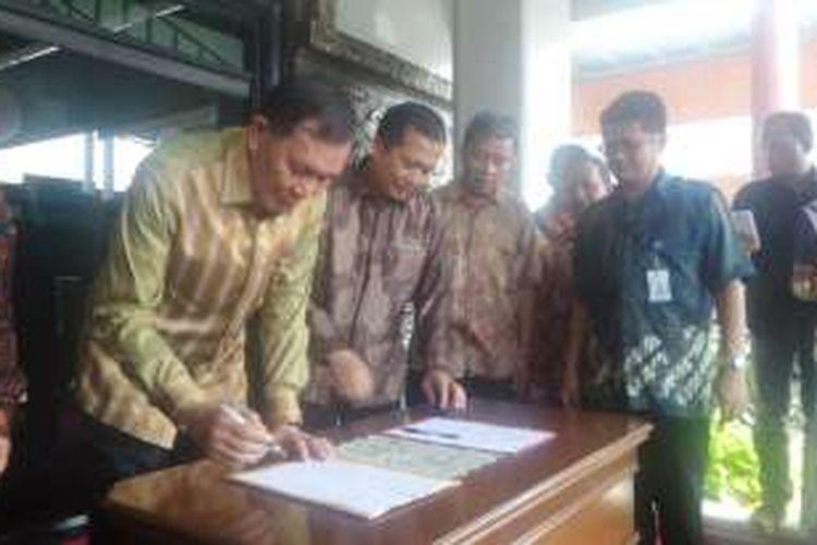 Direktur Perlindungan WNI dan Badan Hukum Indonesia dari Kementerian Luar Negeri, Lalu Muhammad Iqbal, Duta Besar Indonesia untuk Filipina, Johny Luminta, melakukan serah terima 58 WNI yang ditahan di Filipina. Sejumlah SKPD dari daerah asal para WNI  datang untuk menjemput, Minggu (4/9/2016)