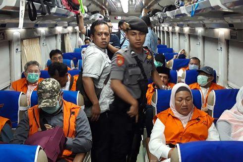 Foto 12 Anggota DPRD Kota Malang Naik Kereta Api dengan Borgol dan Rompi Oranye