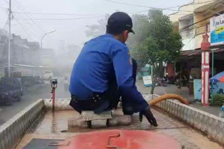 Petugas Damkar saat penyemprotan disinfektan rutin di Gayamsari.