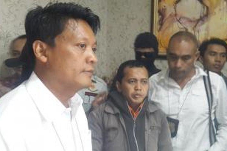 Dari kiri, Direktur Reserse Kriminal Umum Komisaris Besar Krishna Murti, tersangka pembunuhan DH (39) dan Kasat Reskrim Polres Jakarta Selatan Ajun Komisaris Besar Audie Latuheru di Direktorat Reserse Kriminal Umum Polda Metro Jaya, Jakarta, Kamis (25/6/2015)