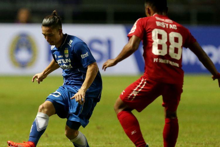 Pemain Persib Bandung Kim Jeffrey Kurniawan (kiri) berebut bola dengan pemain PS Semen Padang Irsyad Maulana pada pertandingan perebutan tempat ketiga Piala Presiden 2017 di Stadion Pakansari, Sabtu (11/3/2017). Persib keluar sebagai juara ketiga setelah menang dengan skor 1-0. KOMPAS IMAGES/KRISTIANTO PURNOMO
