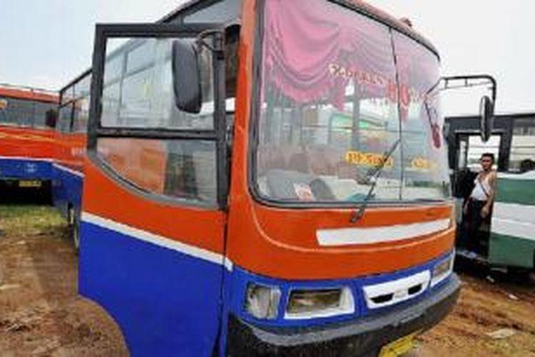 Angkutan umum jenis bus ukuran sedang, antara lain metromini dan kopaja, yang terkena razia gabungan kepolisian dan Dinas Perhubungan dikandangkan di pul Rawa Buaya, Cengkareng, Jakarta Barat, Kamis (10/12). Selain kerusakan fisik dan ketidaklayakan bus untuk beroperasi, juga ditemukan pelanggaran seperti sopir yang tidak memiliki surat izin mengemudi (SIM).