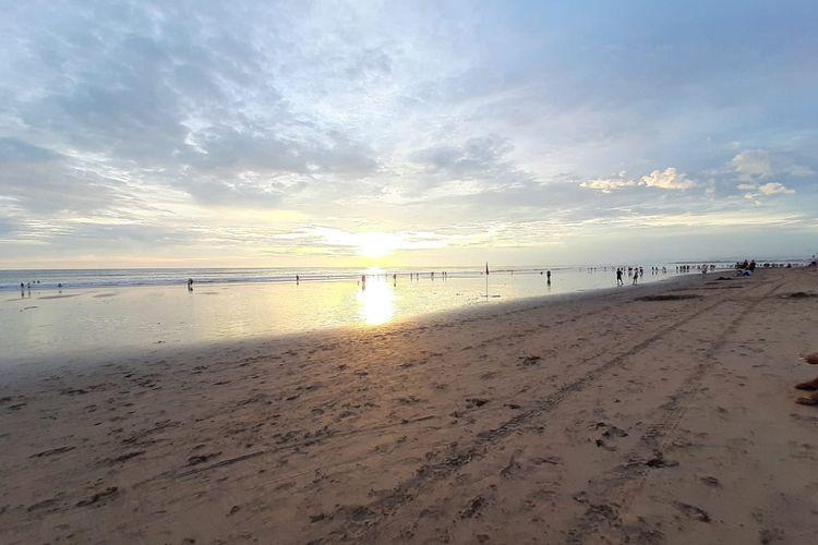 Ilustrasi - Suasan pantai Kuta, Badung, Bali.
