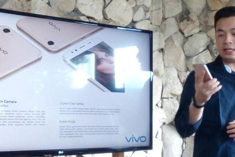 Kenny Chandra, Product Manager Vivo Indonesia, saat memberikan informasi seputar Vivo V5 Plus di Jakarta, Selasa (24/1/2017)