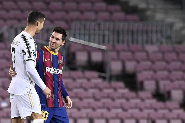 Penyerang Juventus Cristiano Ronaldo menyapa penyerang Barcelona Lionel Messi (kanan) sebelum pertandingan Grup G Liga Champions antara Barcelona vs Juventus di Stadion Camp Nou di Barcelona pada 8 Desember 2020.