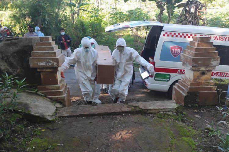 DIMAKAMKAN PROKES—Tim relawan BPBD Kabupaten Ponorogo memakamkan jenazah secara protokol kesehatan kemarin. Dalam enam hari terakhir, tim sudah memakamkan seratus jenazah kasus covid-19 di bumi reog.