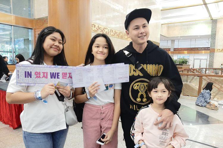 Andhika Pratama bersama ketiga anaknya di showcase ITZY di Plenary Hall JCC, Senayan, Jakarta, Sabtu (2/11/2019).