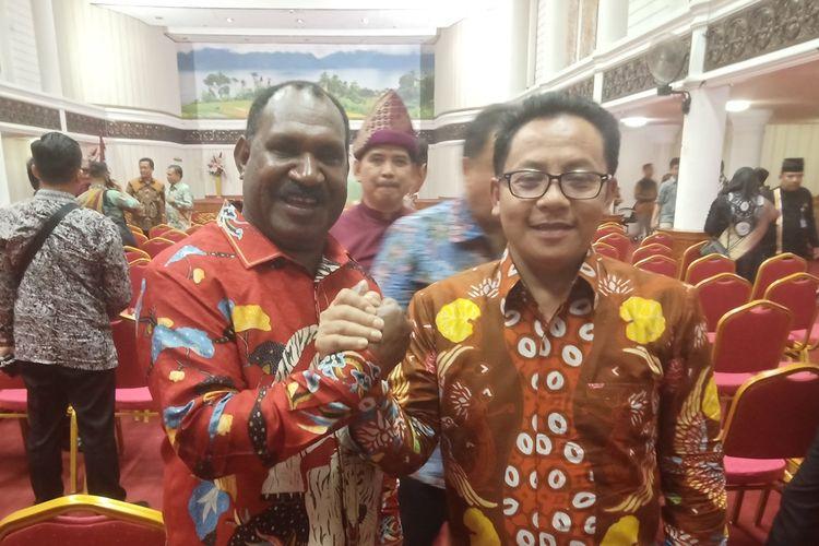 Bupati Puncak, Papua Willem Wandik dan Wali Kota Malang, Sutiaji bersalaman saat bertemu di acara KDI, Kamis (22/8/2019) malam