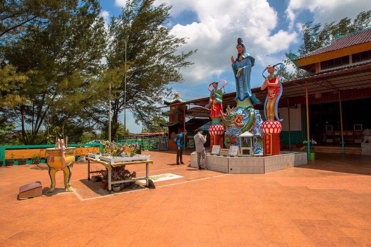 Suasana di Pagoda Quan Am Tu yang dibangun di kamp pengungsi di Pulau Galang, Kepulauan Riau, Minggu (8/2/2015). Di pulau inilah pengungsi dari Vietnam, Kamboja dan Thailand pernah ditampung oleh Pemerintah Indonesia. Sekarang kamp ini menjadi salah satu objek wisata sejarah di Batam.