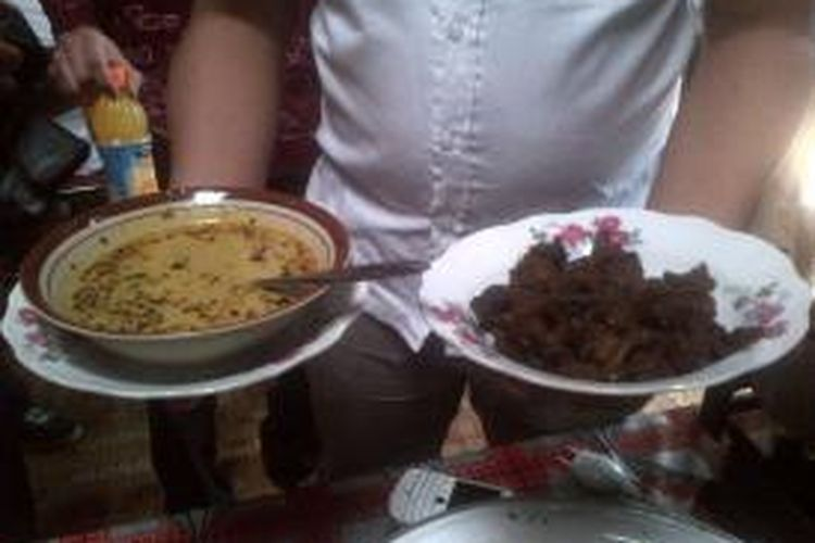 Tampilan Gulai Melung bu Hadi di Purbalingga, Jawa Tengah. Gulai Kambing dan nasi disajikan secara terpisah.
